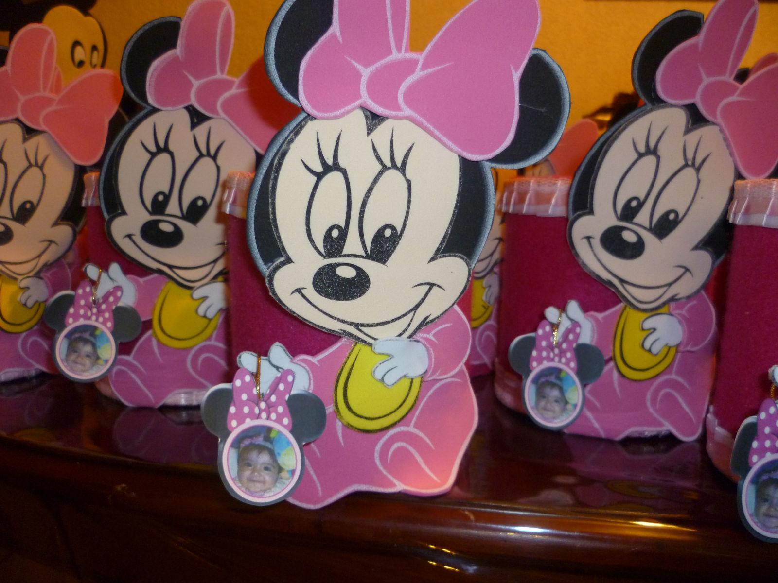 de Lilieth colgadita de la mano de Minnie Mouse para que quedara de