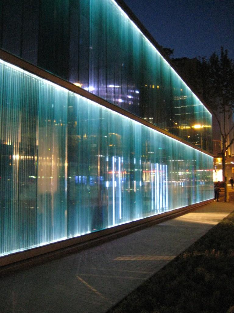 Arquitetura de ilumina o ilumina o led em fachada de vidro for Showroom roca barcelona