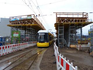 Straßenbahn: Baufortschritt am Hauptbahnhof: Verschalung der Haltestelle wird entfernt