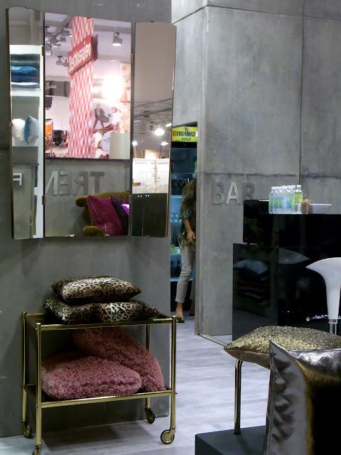 Barwargen dekoriert mit Leopardenkissen 50er 60er Vintage Spiegel Trend