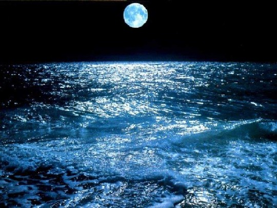 Sobre el mar azul, bajo el cielo negro.