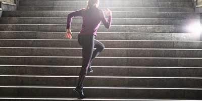 Conoce los 10 beneficios de subir escaleras