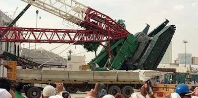 Jemaah Berfoto di Tempat Tragedi Crane