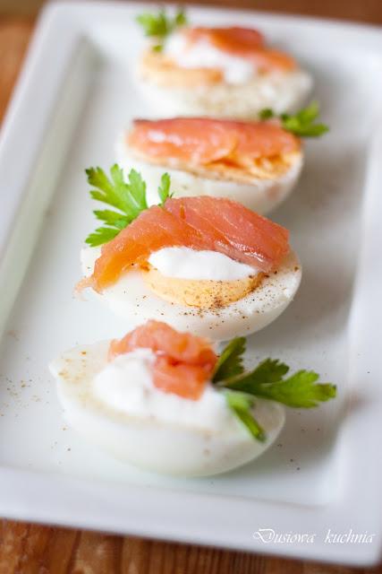 jajka, jajka z łososiem, jajka z łososiem i majonezem, jajka faszerowane