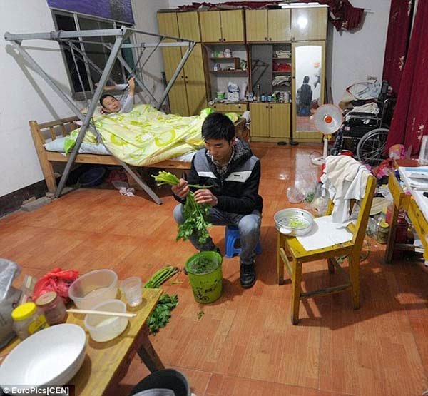 Kisah Inspiratif - Guo Shijun Membawa Ayahnya ke Asrama Kampusnya untuk Memudahkan Merawatnya