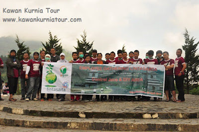 wisatawan dieng bersama kawan kurnia tour