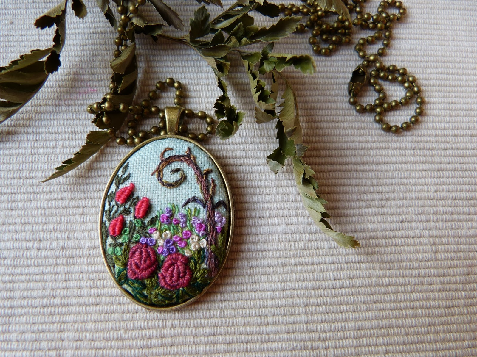 haft rococo, embroidered pendant, haftowane róże, haftowany naszyjnik, naszyjnik z haftem, embroidered jewerly, naszyjnik vintage, medalion z haftem, handmade jewerly, embroidered necklace, vintage jewerly, biżuteria retro, Alicja w krainie czarów