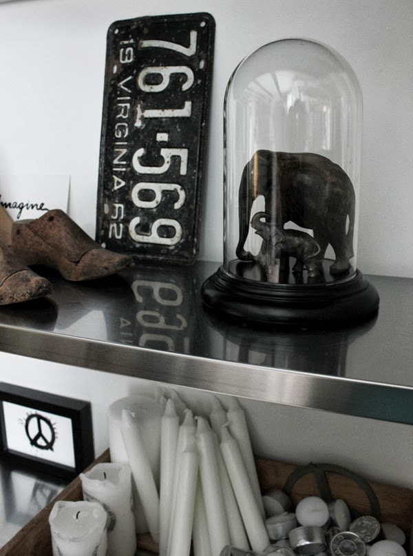 diy glaskupa, glaskupa av gammalt urverk, gammal svart plåtskylt, träskor modeller för att göra skor, ljus i trälåda, rostfria hyllplan, hylla från ikea, stringhylla look alike, house doctor glaskupa look alike, inredningsdetaljer på hylla, i köket, svart och vitt, elefanter av trä, trärena detaljer, färgkombination i köket, peace,