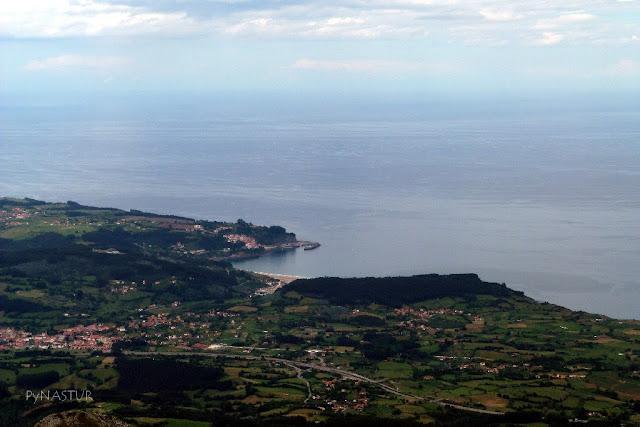 Playa de La Griega y Villa de Lastres desde el Pico Pienzu