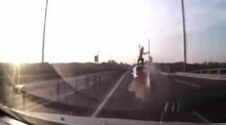 Μοτοσικλετιστής σώζεται ως εκ θαύματος μετά από σύγκρουση με υψηλή ταχύτητα