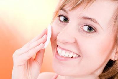 حب الشباب ....الاسباب والعلاج, العناية بالبشرة فتاة امرأة تعتنى نعومة الوجه woman-treating-acne-naturally