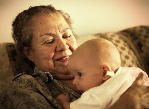 La abuela ayuda a su nieto a cascarse una buena paja