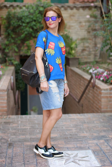 Blackfive french fries print blouse, Bershka ripped shorts, fries print trend, patatine fritte stampa, Givenchy Pandora, Fashion and Cookies, fashion blogger