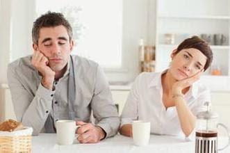 كيف تتصرفين إذا شعرت أن زوجك يخبئ عنك سرا  - رجل امرأة ملل الملل الزوجى - bored man woman