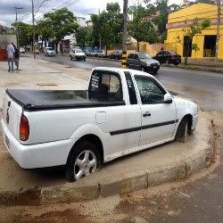 Carro é cimentado na calçada após briga entre vizinhos em BH