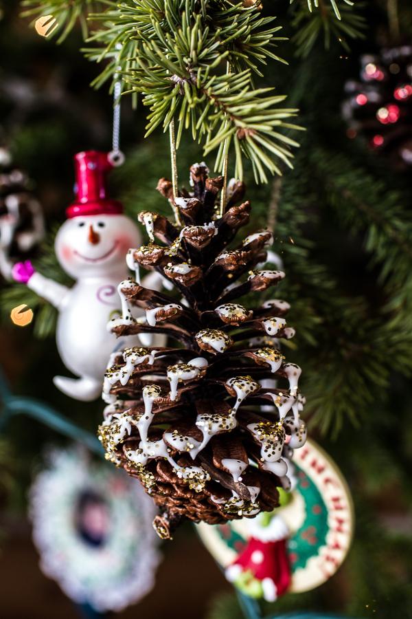 Piñas colgadas del árbol de Navidad