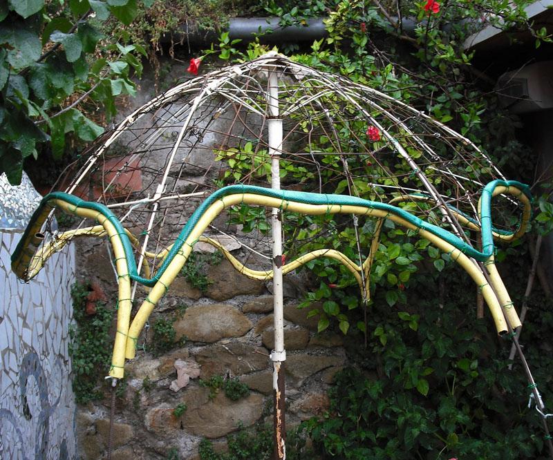 Joan seriny como decorar un estanque en trencad s for Como hacer una sombrilla para jardin