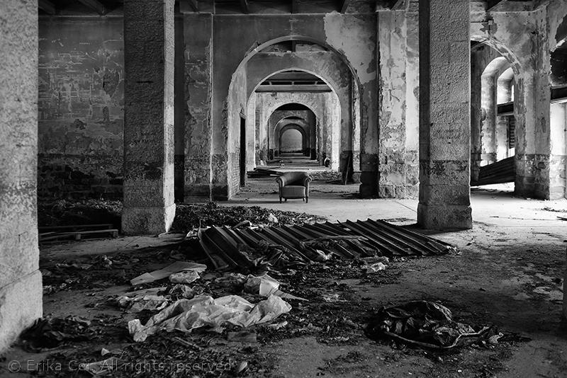 Trieste Porto Vecchio interno magazzino poltrona