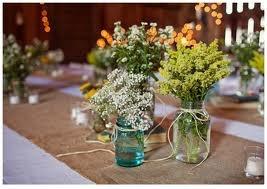 Decoração com vidros, flores e juta