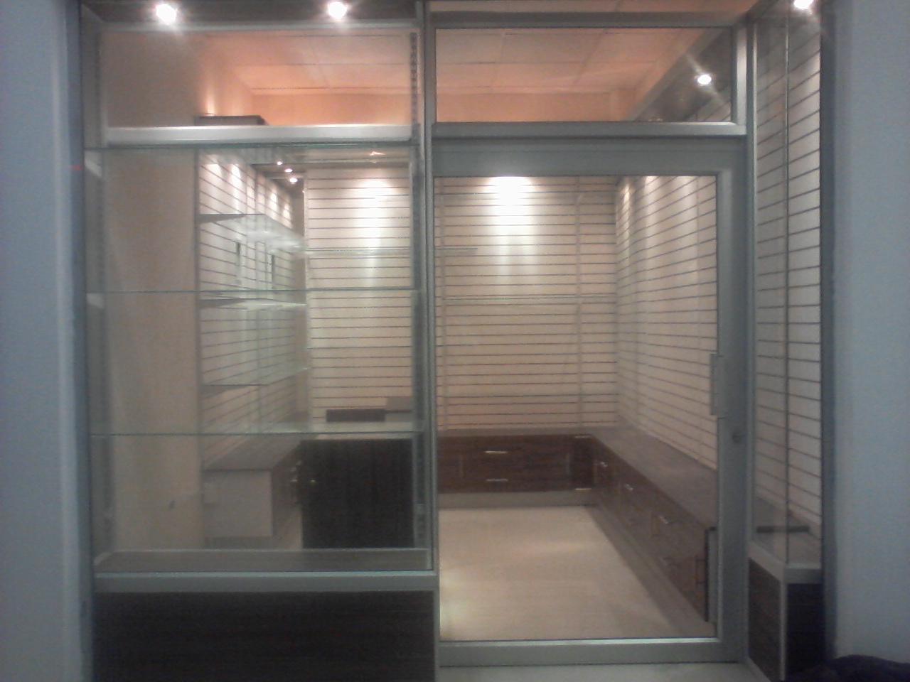 Aluminio y vidrio dise o de vitrinas en aluminio y vidrio for Disenos en aluminio