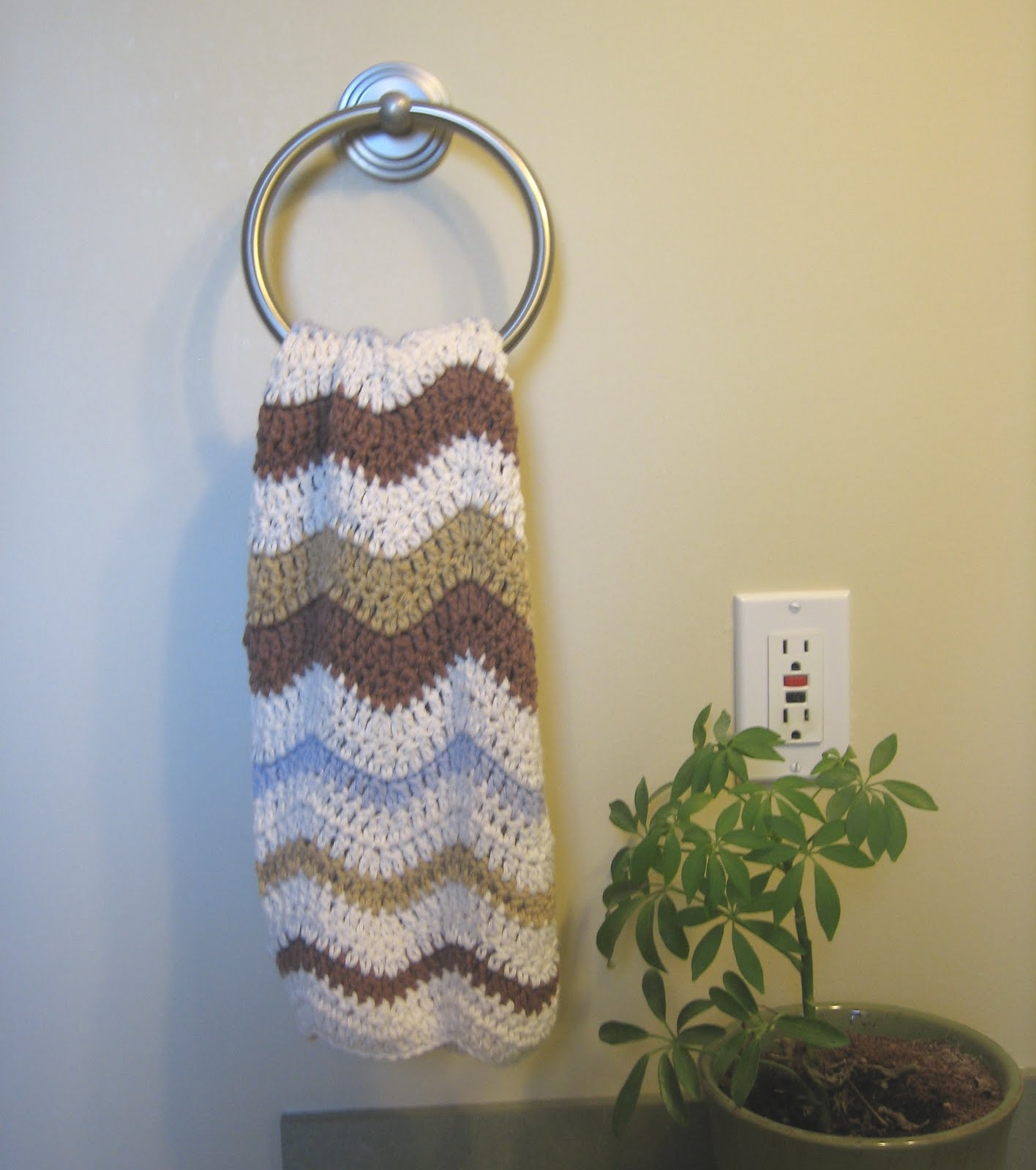 Hand Crochet Patterns : CROCHET N PLAY DESIGNS: Free Crochet Pattern: Lazy Wave Hand Towel
