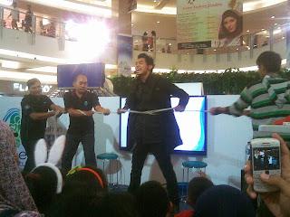 Pesulap Surabaya Surya Ayre bermain extreme magic Surya Ayre sedang menahan rasa sakit yakni bermain extreme magic dengan tubuhnya diikat dan ditarik oleh empat audiens.
