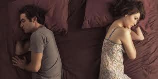 Dormir en la misma cama pero distantes muestra que la pareja puede estar atravesando un época de crisis