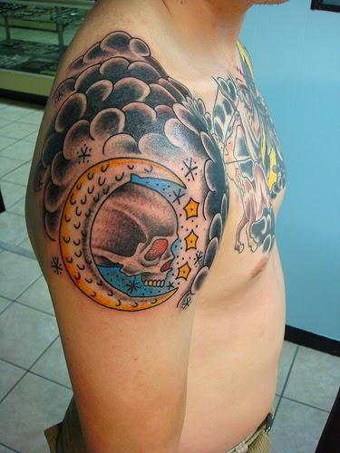 tattoo de caveira no ombro