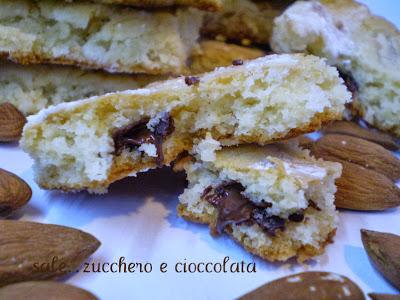 biscotti al cioccolato bianco con mandorle e cioccolato fondente....