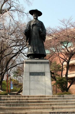 Estatua del erudito Dasan Jeong Yak-yong, cerca de la Biblioteca de Namsan en Seúl