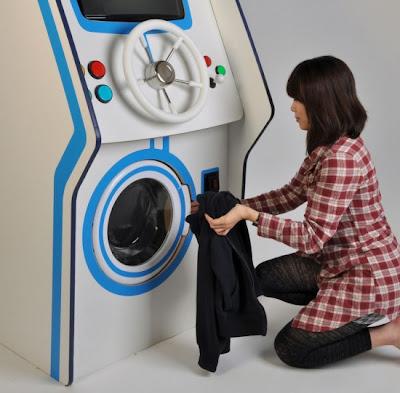 Mencuci Baju Sambil Bermain (3 Gambar)