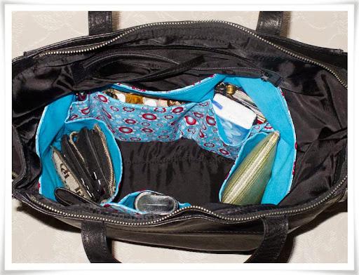 Turkosrödblommig väskinredning på plats i handväskan