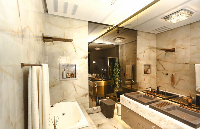 Banheiro decorado com pedra e porcelanato ônix + cor fendi e metais dourado r -> Banheiro Decorado Com Revestimento Eliane