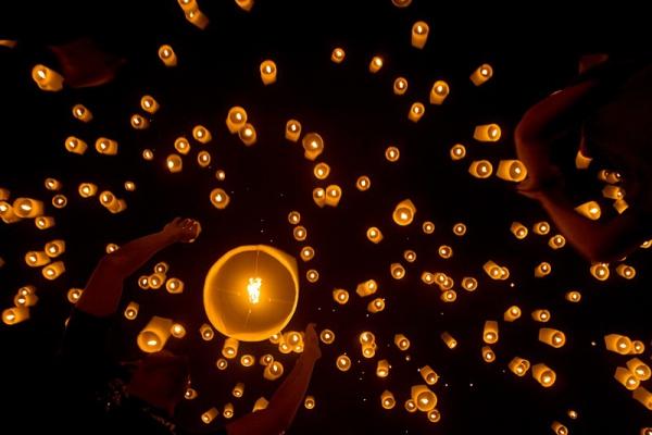 YiPeng أجمل مهرجانات العالم ''مهرجان المصابيح في تايلند '' سيذكرك بفيلم ديزني الشهير Tangled