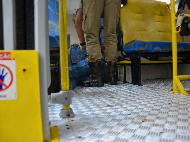 Crime aconteceu dentro de ônibus  (Foto: Anderson Oliveira / Site: Blog do Anderson)