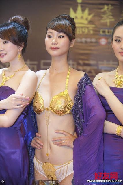 Melihat B1kini 950 Gram Emas Di Tubuh Model Yang Cantik… Luar Biasa….