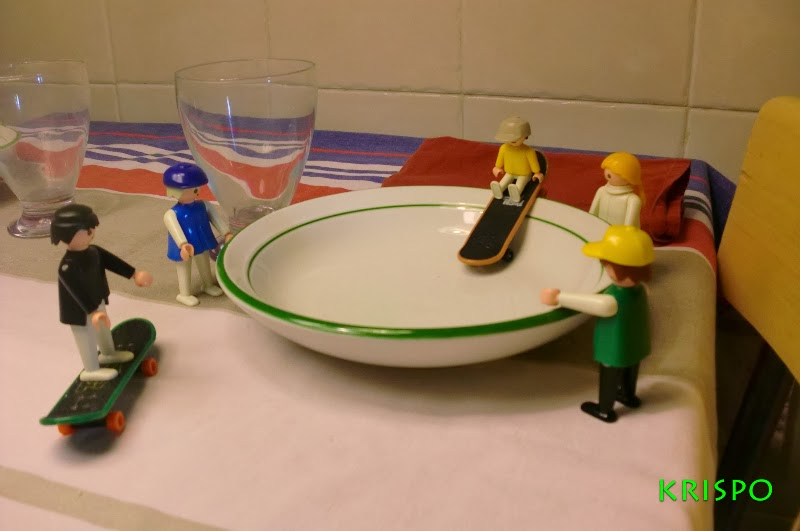 clicks jugando con skate encima de un plato