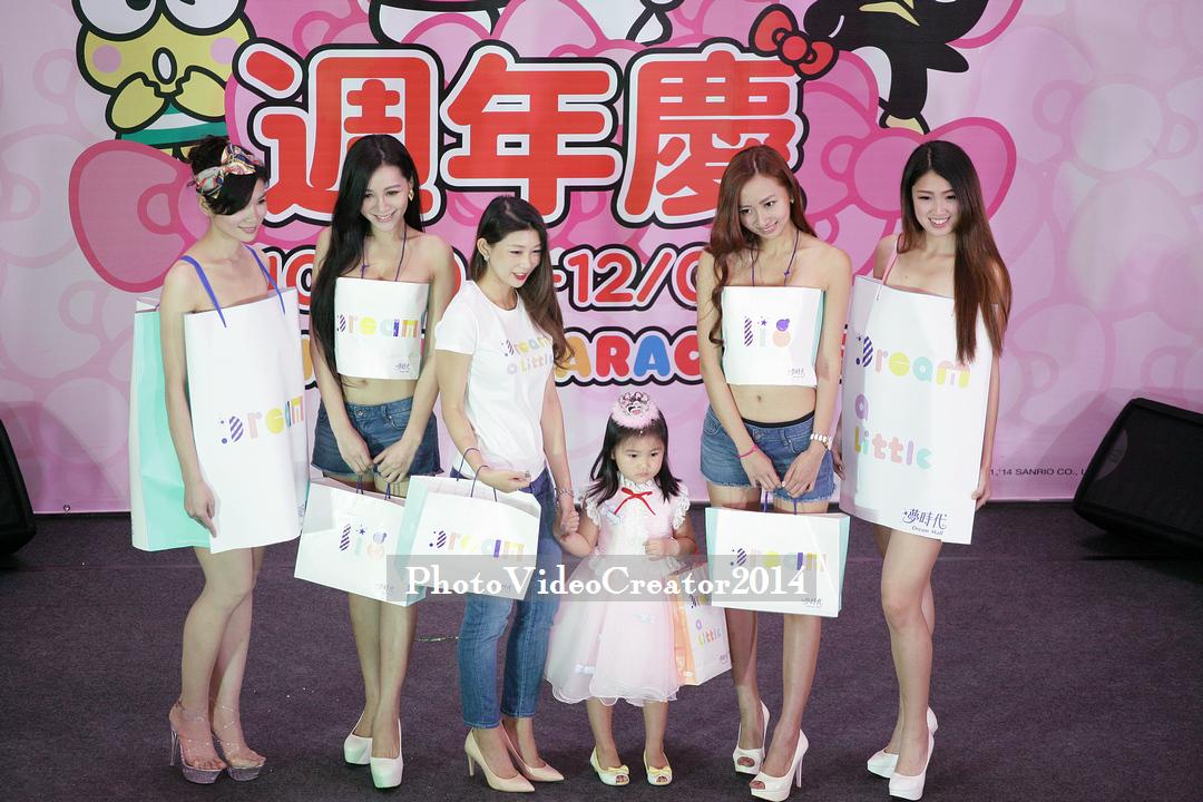 夢時代也同步發表新的購物提袋, 身穿牛仔褲的美女, 乃是提袋的設計師