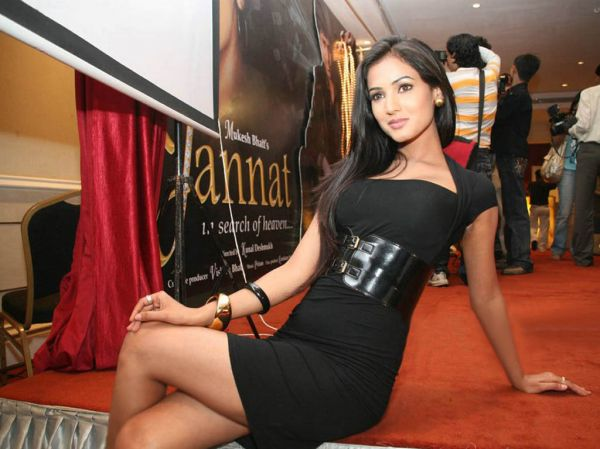 normal sonal chauhan cross legs Bollywood Actresses Oops and Panty Upskirts