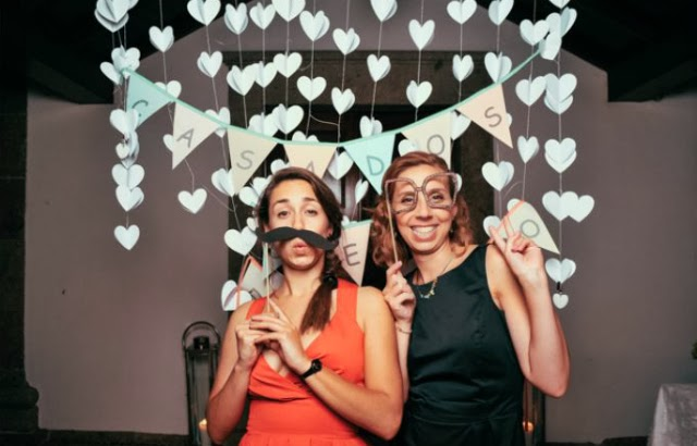 Photobooth http://www.chapeudepapel.com/2013/04/whoopeebooths-casamento.html