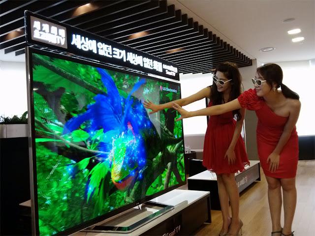 due ragazze con occhiali 3d ammirano una tv 4k