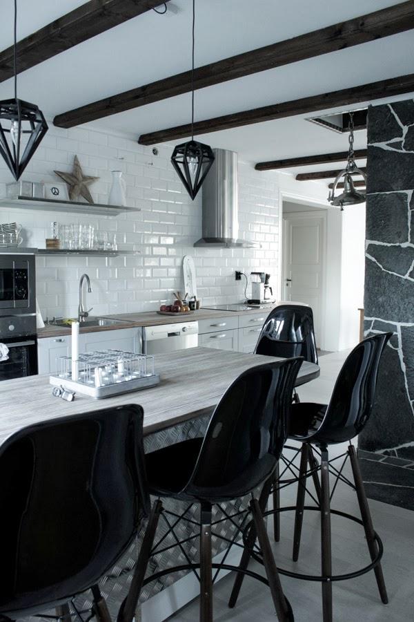renovering kök 2013, kök 2013, kök i vitt och grått, industriellt kök 2013, rostfria detaljer i köket, dödens lampor, eames barpallar, öppna hyllor i köket, balkar i taket, köksö, rostfri plåt på köksön, svarta stolar i köket, barpallar vid köksön, öppen planlösning,