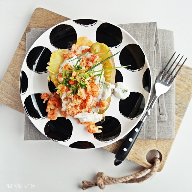 rezept - pellkartoffeln, flusskrebsschwänze & gurken-knoblauch-joghurt | recipe: boiled potato in  the skin, crayfish & garlic cucumber greek yoghurt sauce | luzia pimpinella