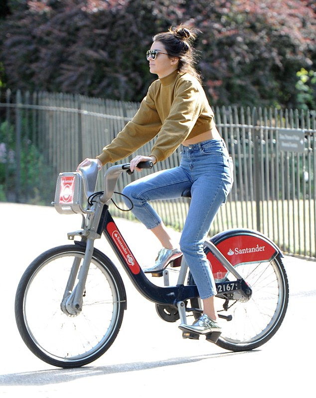 Model tourist! Kendall jenner as she explores London