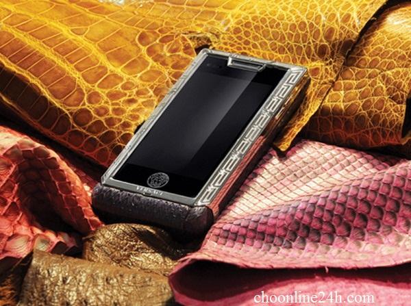 Mẫu điện thoại này được phát triển trên sự hợp tác của Versace với Modelabs Group và LG, một hãng sẽ đảm nhiệm gia công và một hãng cung cấp linh kiện cho Versace.