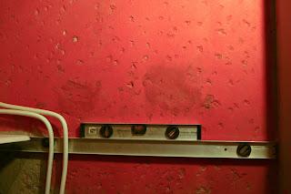насечки на бетонной стене для укладки плитки