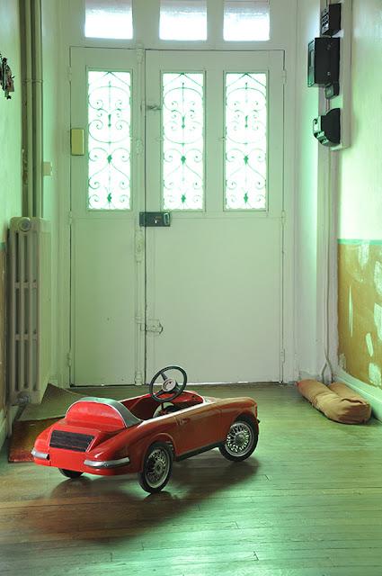 Entrée avec voiture vintage pour enfant