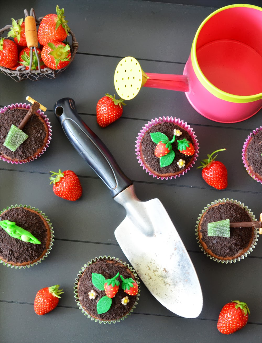 Erdbeer-Schokoladen-Cupcakes mit Garten-Dekoration