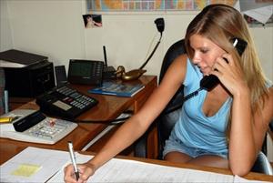 sekreter büroda çalışırken resimleri ve iş ilanları