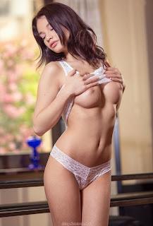 免费性感的图片 - feminax-sexy-nici-dee-sensual-poses-naked-showing-her-tight-pussy-12-734036.jpg